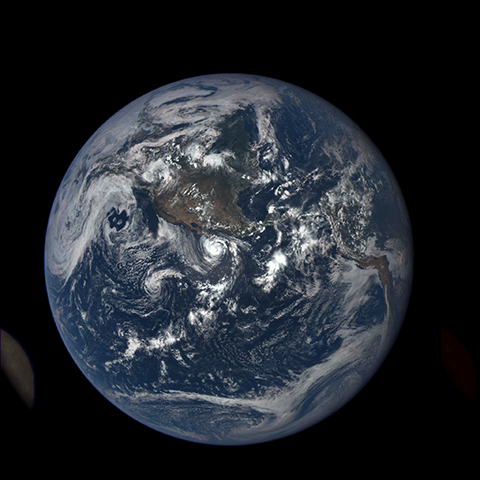 Image https://epic.gsfc.nasa.gov/epic-galleries/2015/lunar_transit/thumbs/197_2015197200709-sm.png